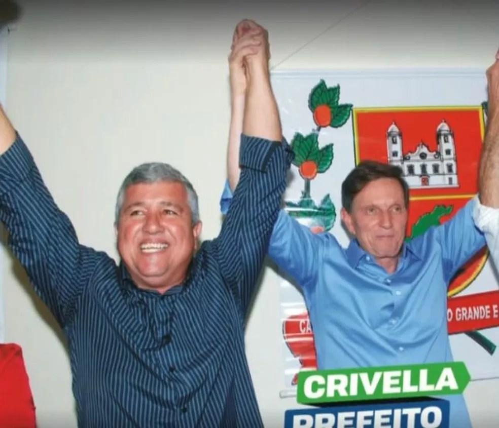 Luiz Carlos Joaquim da Silva, o Dentinho, ao lado de Crivella em foto — Foto: Reprodução/TV Globo