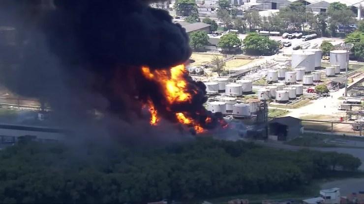 Fogo na região de Manguinhos, na Zona Norte do Rio — Foto: Reprodução/TV Globo
