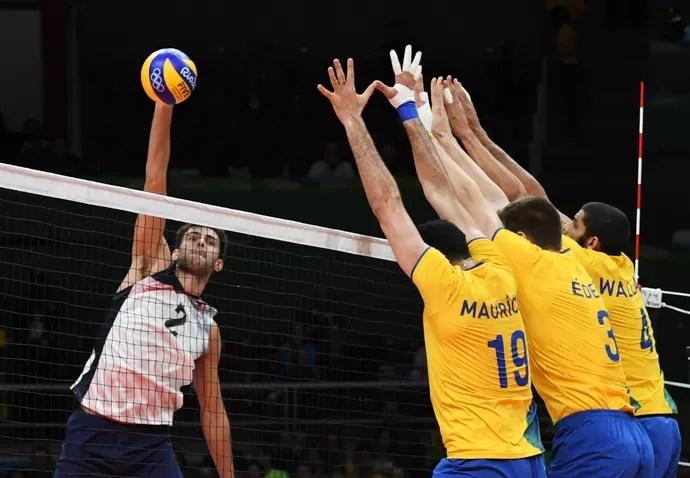 Aaron Russell bloqueio Brasil x EUA vôlei (Foto: VANDERLEI ALMEIDA / AFP)