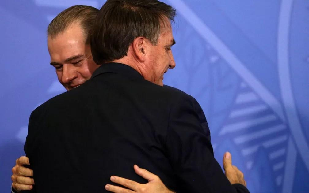 Bolsonaro abraça Toffoli, convidado para a cerimônia de posse ministerial no Planalto — Foto: Eraldo Peres/AP