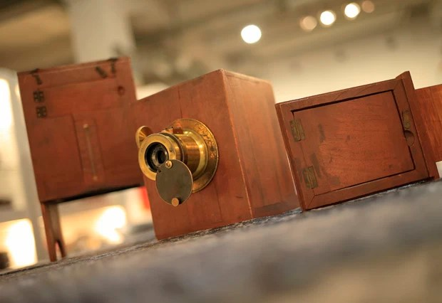A câmera histórica 'Charles Chevalier' de 1842 (Foto: Alexander Klein/AFP)