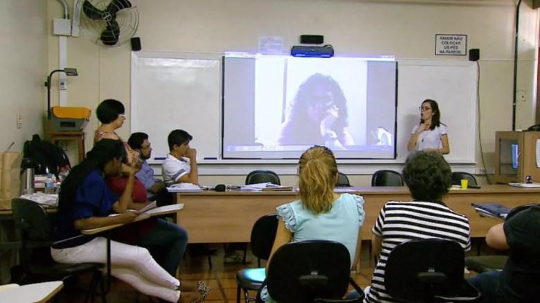 Natália defende sua dissertação para a banca examinadora diante de plateia na USP Ribeirão  (Foto: Reprodução/EPTV)
