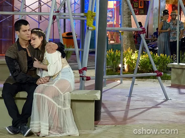 Gael e Dandara observam Bianca e Duca de longe (Foto: Malhação / TV Globo)