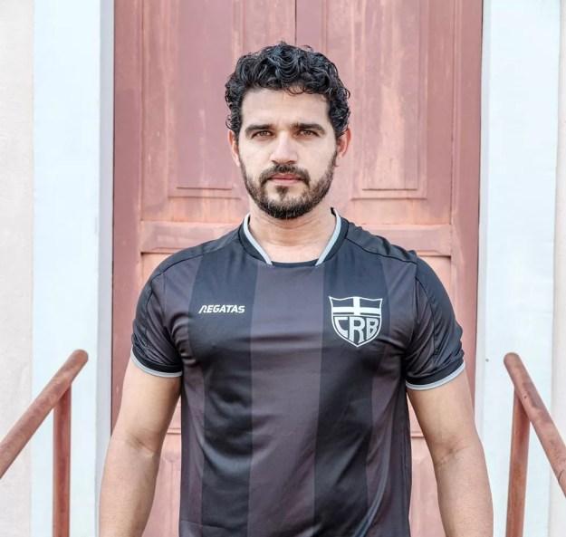Camisa 3 de goleiros do CRB: preta e escudo prateado — Foto: Victor Matiniano/ASCOM CRB