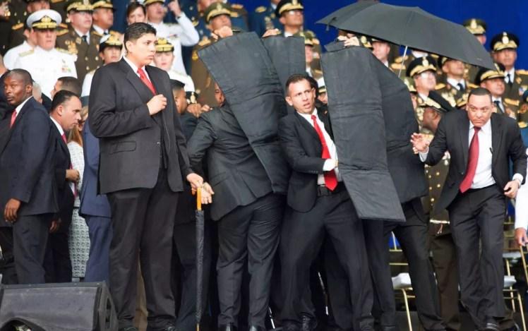 Seguranças cercam o presidente da Venezuela, Nicolas Maduro, durante um incidente em Caracas (Foto: Xinhua / via AP Photo)