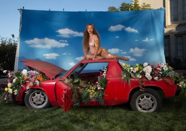 Grávida de gêmeos, Beyoncé posa nua e exibe barrigão em novas fotos