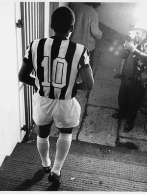 Pelé se despedindo do Santos, em 1974 (Foto: Reprodução / Twitter)