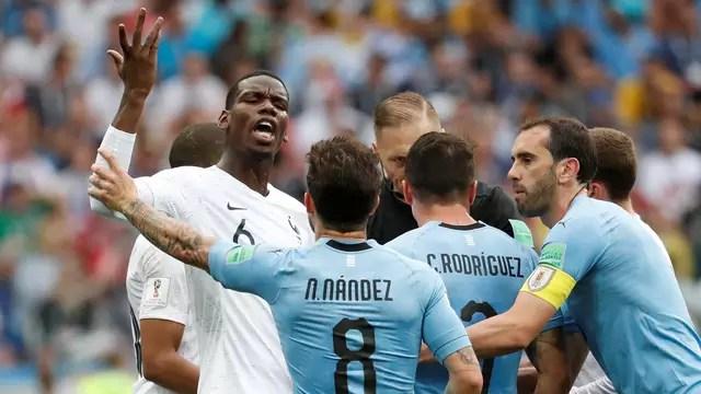 Pogba discute com Nández durante confusão em Uruguai x França. Pogba estava pendurado, mas não tomou cartão