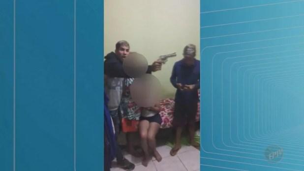 Dupla obrigou uma das vítimas a transmitir a rendição ao vivo pela internet  (Foto: Reprodução/EPTV)
