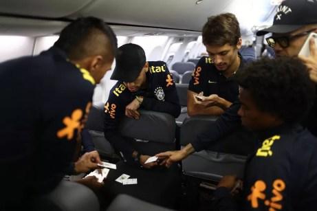 Rodrigo Caio com Neymar e companheiros da seleção: zagueiro volta nesta quarta à noite ao Brasil (Foto: Reprodução / Instagram)