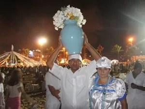Casal de pais-de-santo veio de Araçagi, Agreste paraibano, para homenager Iemanjá (Foto: Jorge Machado/G1)