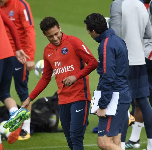 Neymar conversa com Unay Emery no treino do Paris Saint-Germain (Foto: BERTRAND GUAY / AFP)