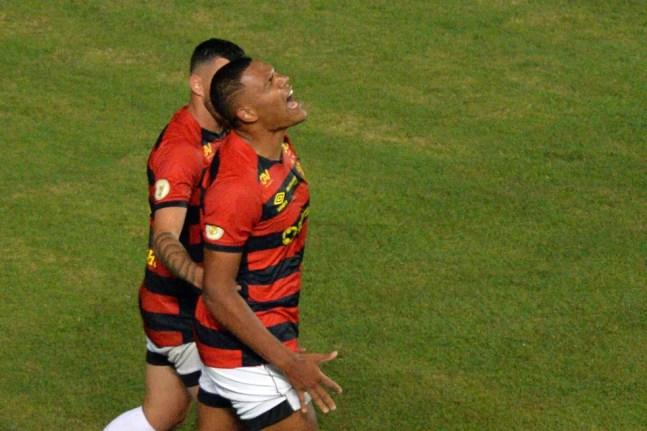 Mikael comemora gol da vitória do Sport sobre o Bahia — Foto: Walmir Cirne/AGIF