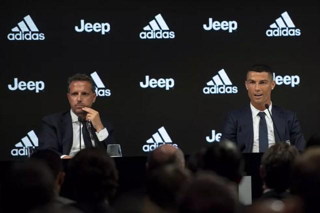 Cristiano Ronaldo ao lado de Fabio Paratici, diretor esportivo da Juventus, em sua apresentação (Foto: Getty Images)