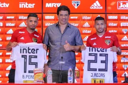 São Paulo apresenta Bruno Peres e Joao Rojas (à dir.) com Raí (Foto: Bruno Riganti/Framephoto/Estadão Conteúdo)