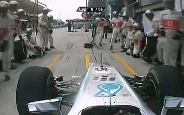 Hamilton pagando mico (Foto: TV Globo)