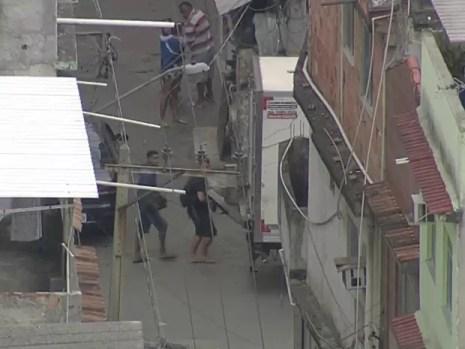 Criminosos armados com fuzis circulavam pelo conjunto de favela da Maré durante a ação da polícia (Foto: Reprodução / TV Globo)