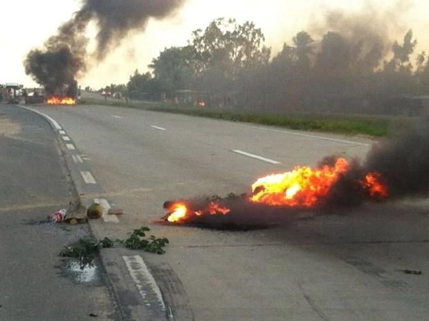 Manifestantes colocaram fogo em pneus para interditar a rodovia (Foto: Verônica Guerra)