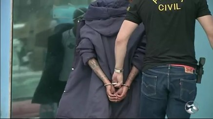 Jovem que estuprou a própria mãe sendo preso em Garanhuns (Foto: TV Asa Branca/Reprodução)