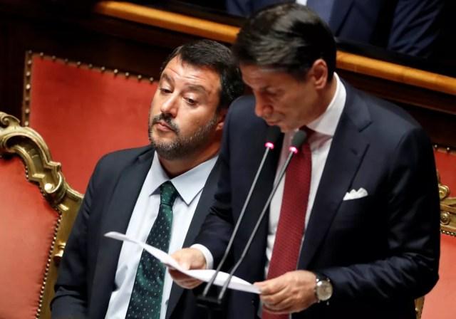 Matteo Salvini ao lado de Guiseppe Conte, que lê seu discurso no Parlamento italiano, em Roma — Foto: Yara Nardi/Reuters