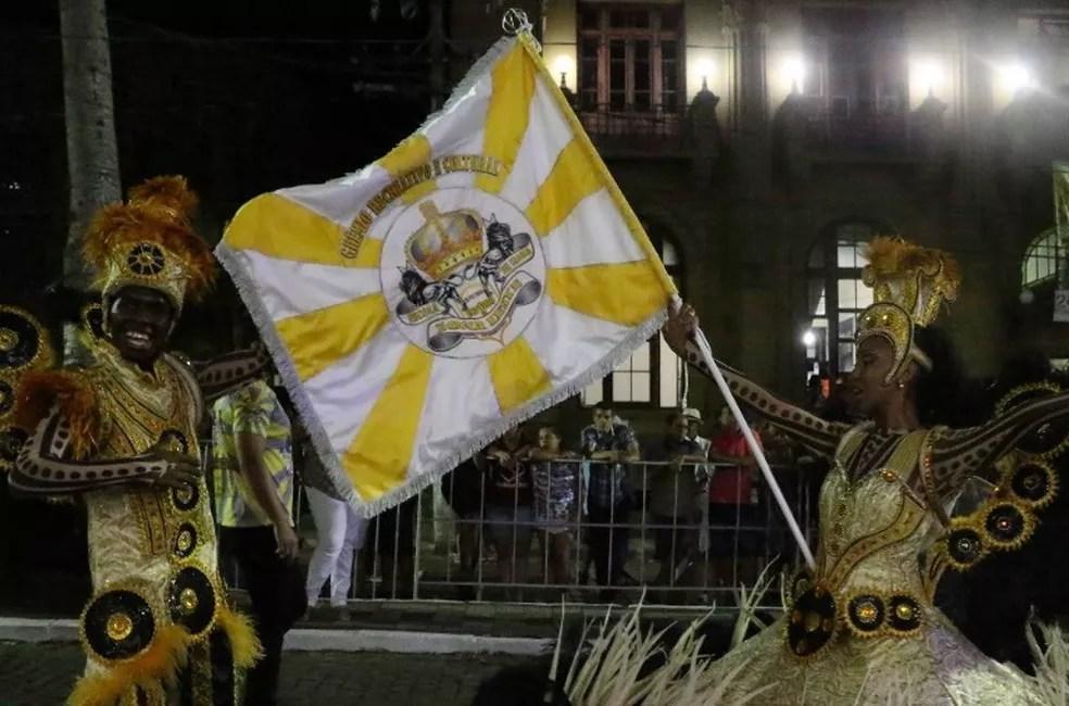 Mestre-Sala e Porta-Bandeira no carnaval de Bagé (Foto: Prefeitura de Bagé/Divulgação)