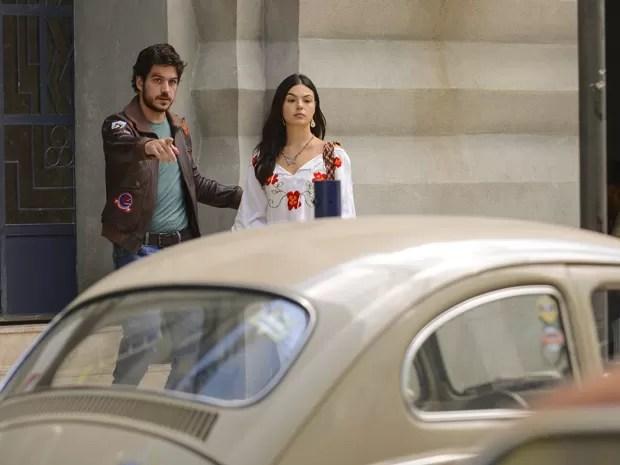 Rafael e Sandra saem juntos para a casa de Augusta (Foto: Raphael Dias/TV Globo)