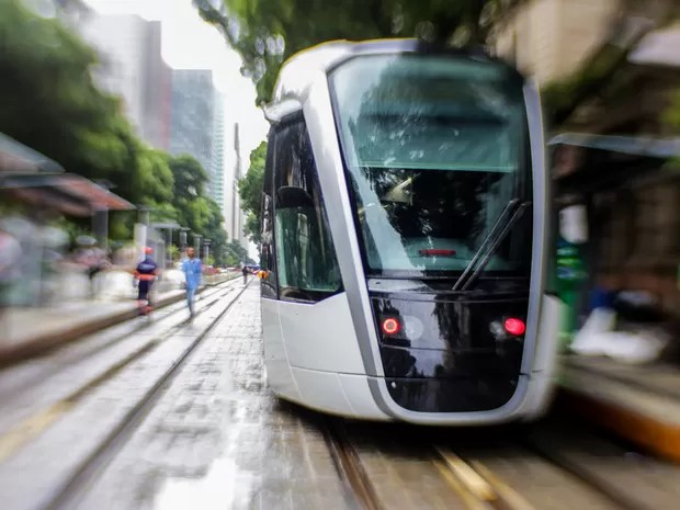 VLT circula na Avenida Rio Branco durante testes (Foto: Rodrigo Gorosito/G1)