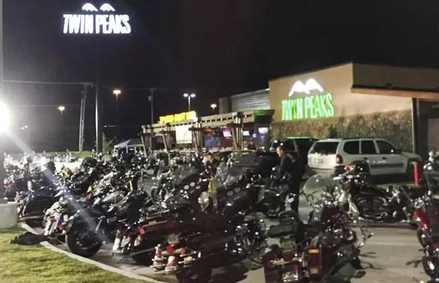 Motocicletas estacionadas em frente ao bar Twin Peaks, em Waco, Texas (Foto: Reuters)