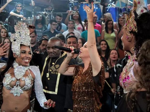 Maria Rita canta samba enredo da Vai-Vai acompanhada de ritmistas (Foto: Marcos Mazini/Gshow)