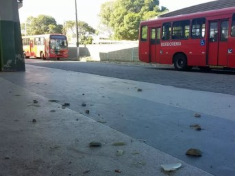 Após confusão, chão do terminal da PE-15 estava tomado por pedras (Foto: Katherine Coutinho / G1)