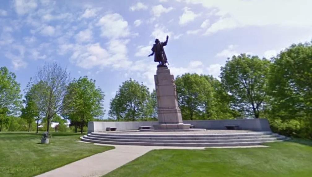 Reprodução de imagem da estátua de Cristóvão Colombo que foi retirada do pedestal — Foto: Reprodução/ Google Street View