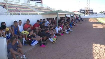 Atletas participam de peneira do Petrolina no estádio Paulo Coelho. (Foto: Reprodução/TV Grande Rio)