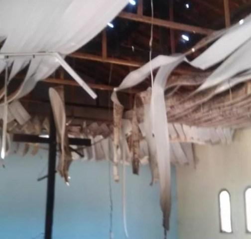 Forro de PVC da Igreja Católica foi destruído pelo fogo na comunidade indígena Pankararu de Jatobá — Foto: Divulgação