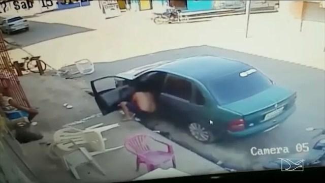 Dois homens em uma moto dispararam várias vezes contra a vítima. (Foto: Reprodução/TV Mirante)