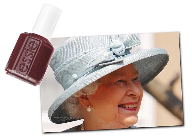 1981: A Essie lança sua primeira coleção com 12 esmaltes, entre eles o vinho Bordeaux, que existe até hoje e é um dos favoritos da própria Essie Weingarten. 1989: Essie recebe uma carta do cabeleireiro da rainha Elizabeth com um pedido: exemplares de Ballet Slippers, a única cor que Sua Majestade usa (Foto: Reprodução)