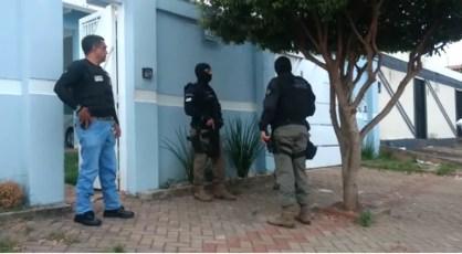 Policiais cumprem mandados em residências de Araguaína — Foto: Reprodução/Claudemir Brito