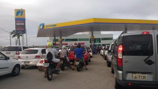 Motoristas formaram longas filas em postos que ainda têm combustíveis em Natal (Foto: Igor Jácome/G1)