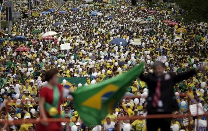 Grupo faz protesto na Esplanada dos Ministérios em Brasília neste domingo (13)