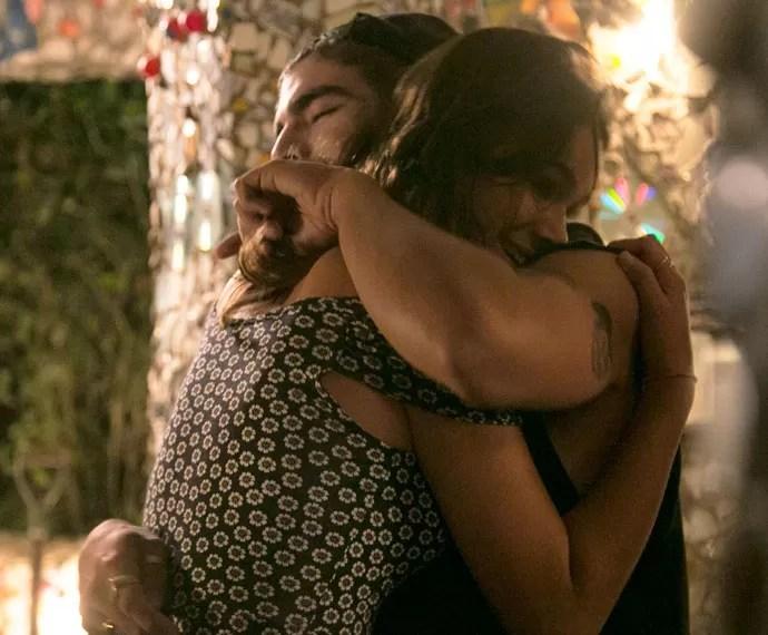Grego e Margot se abraçam carinhosamente no mirante (Foto: Raphael Dias/Gshow)