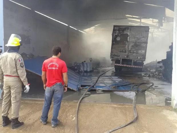 Caminhão que estava dentro de galpão de transportadora foi destruído pelo fogo (Foto: Waldson Costa/G1)