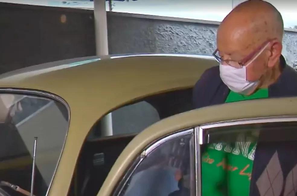 Professor recuperou o carro e ainda recebeu carinho dos ex-alunos. — Foto: Reprodução/RPC Curitiba