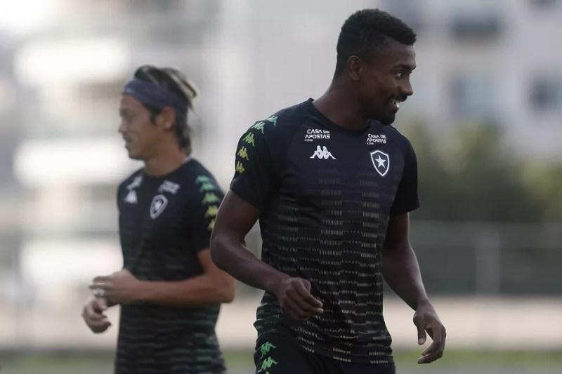 Honda e Kalou em treino do Botafogo — Foto: Vitor Silva/Botafogo