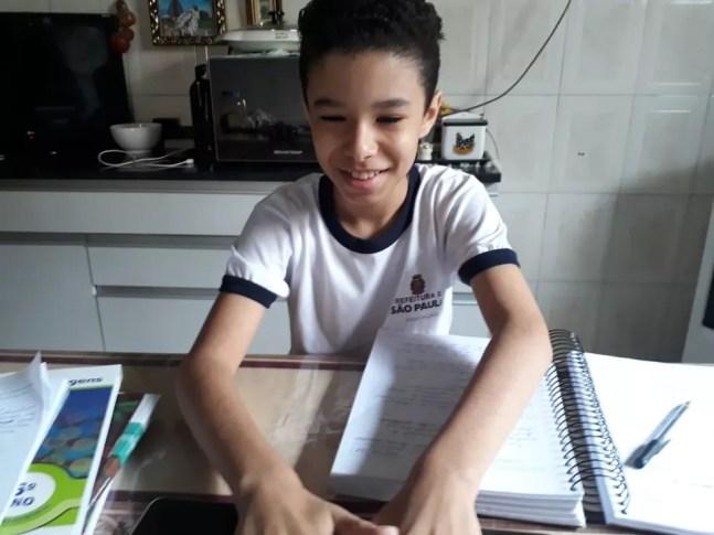 Arthur Barbosa, 11 anos, aluno da Escola Municipal Arthur Alvim, é um dos participantes do projeto 'E aí, Prefeitura', do Jornal Joca. — Foto: Arquivo Pessoal