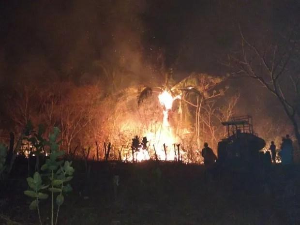 Fogo começou ainda na terça (11) e alguns focos persistem nesta quinta-feira (13) (Foto: Defesa Civil/ Divulgação)