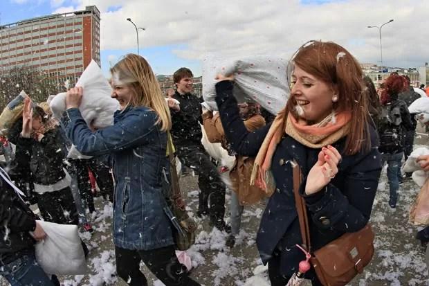 Jovens trocam golpes com travesseiros durante 'luta' na República Tcheca (Foto: Radek Mica/AFP)