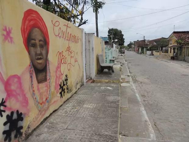Rua principal do Quilombo Portão do Gelo leva o nome de Severina Paraíso da Silva, a Mãe Biu (Foto: Renan Holanda/ G1)