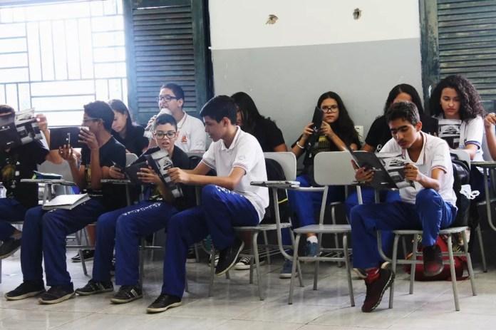 Os alunos receberam panfletos educativos sobre bullying. — Foto: Beatriz Braga/G1 Petrolina