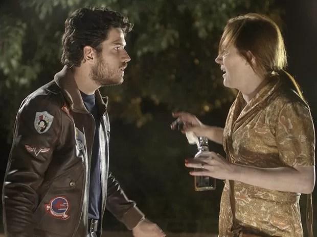 Rafael quase atropela Marcia (Foto: Boogie Oogie/TV Globo)