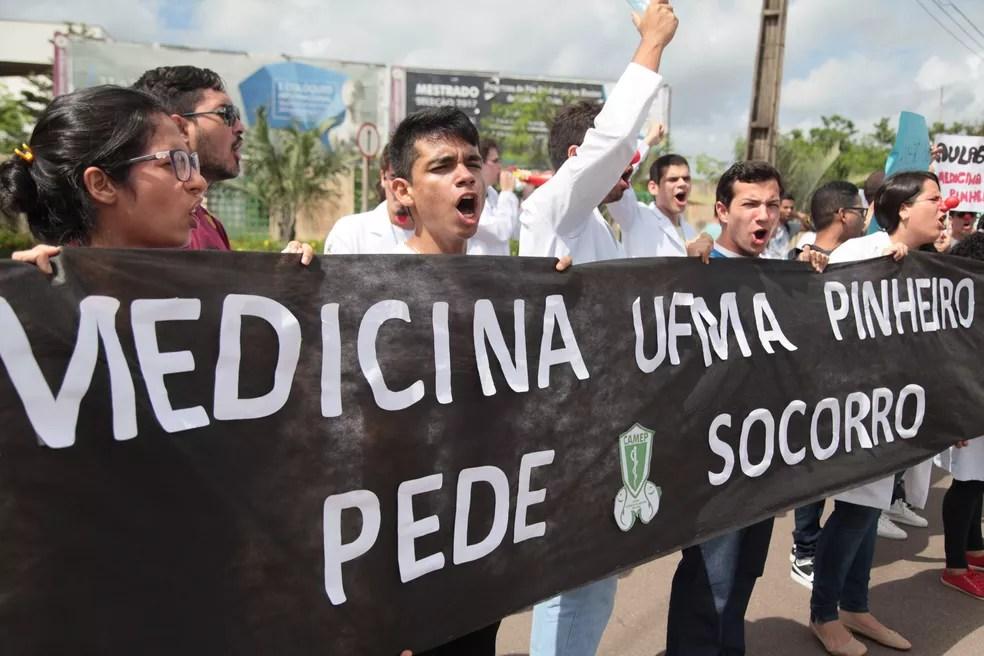 Estudantes protestam por qualidade do ensino (Foto: Flora Dolores / O Estado)
