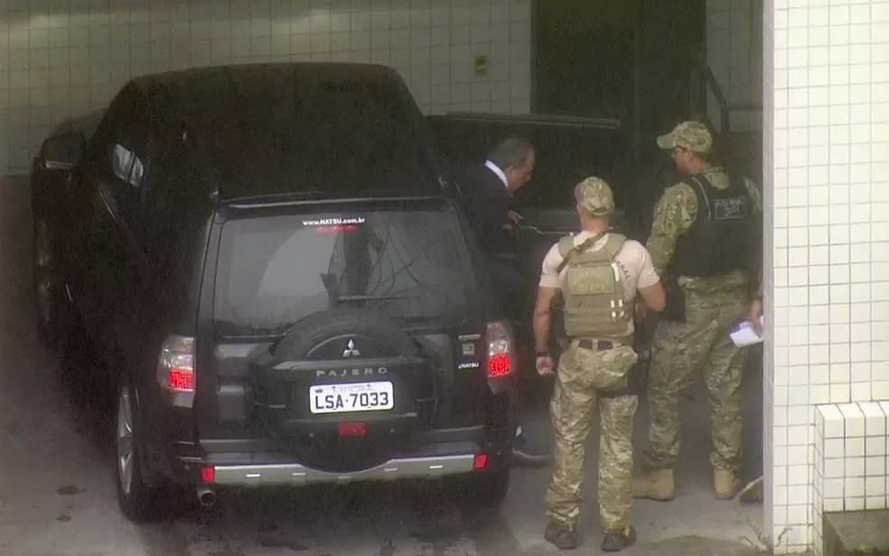 Cabral chega ao Instituto Médico Legal, na Leopoldina (Foto: Reprodução TV Globo)